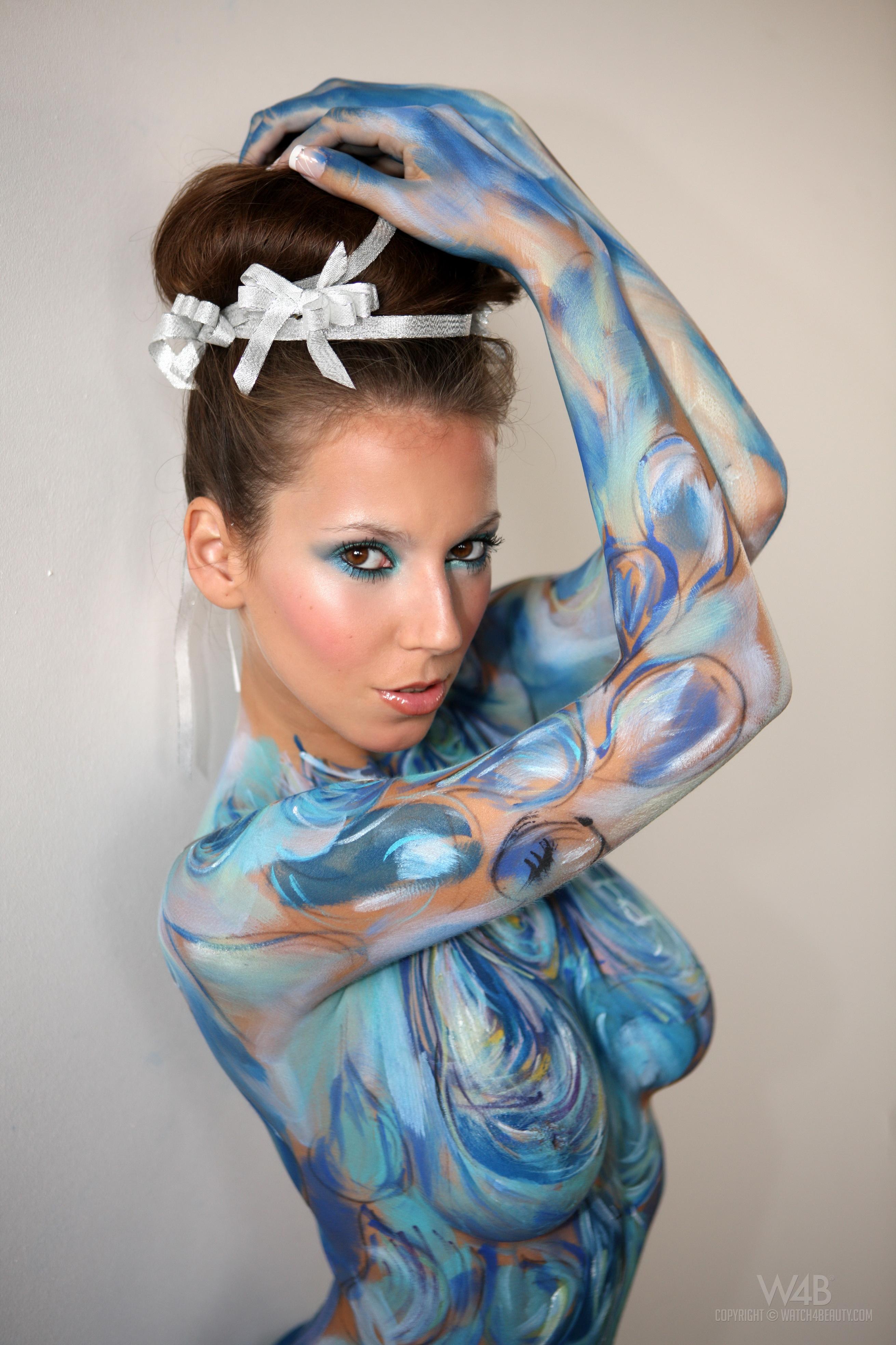 Разукрасили голую девушку 9 фотография