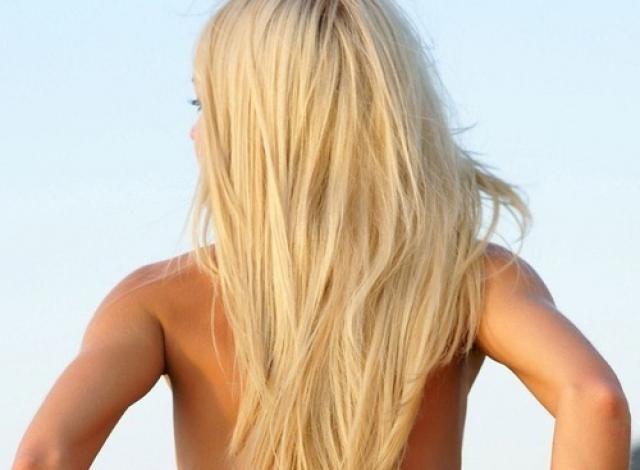 Обои Симпатичная блондинка со спины, скачать с девушками 1280x800.