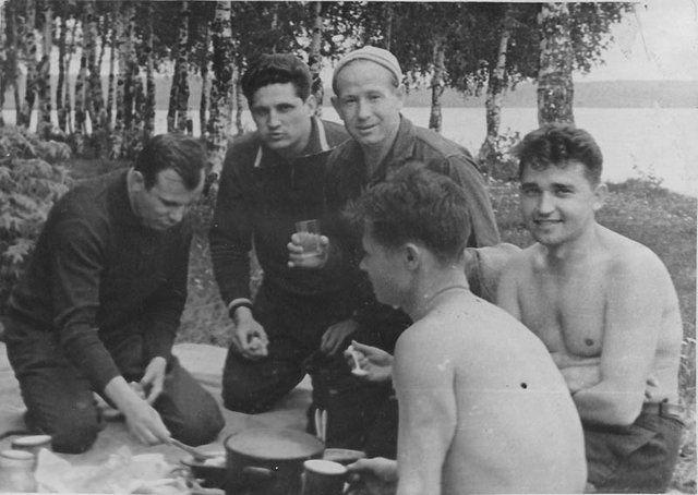 Первые космонавты СССР  на пикнике