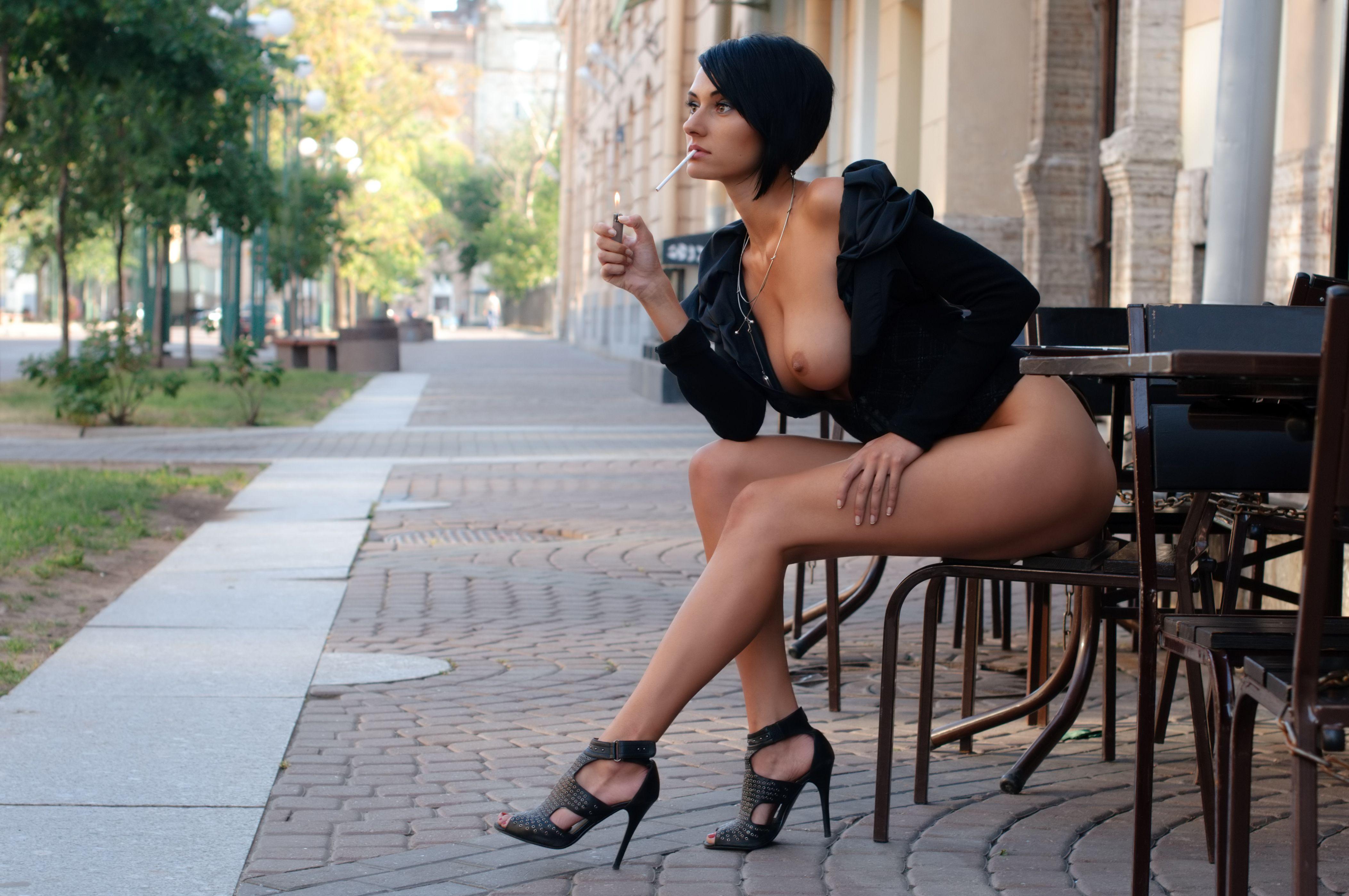 Сексуальная дама курит 20 фотография