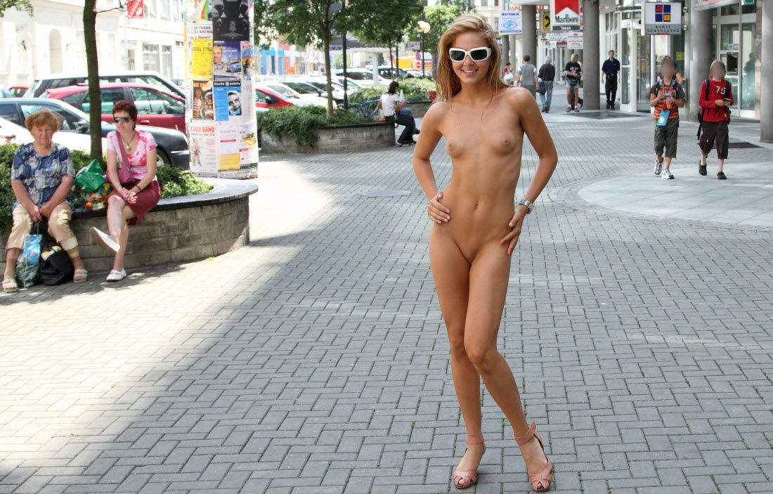 Голая Девушка Анна Ходит По Улице Берлина Смотреть Онлайн Порно Видео Бесплатно На Публике / На Природе