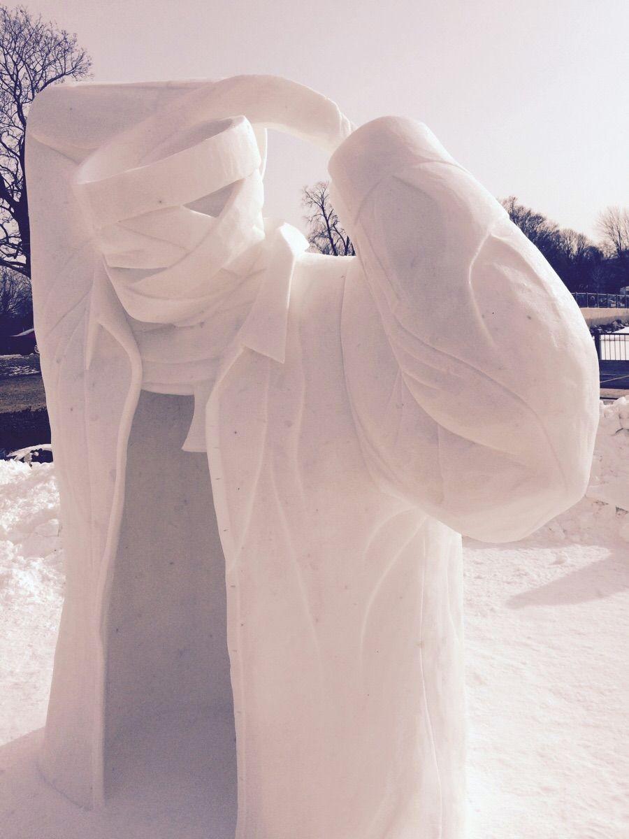 Шикарная скульптура из снега