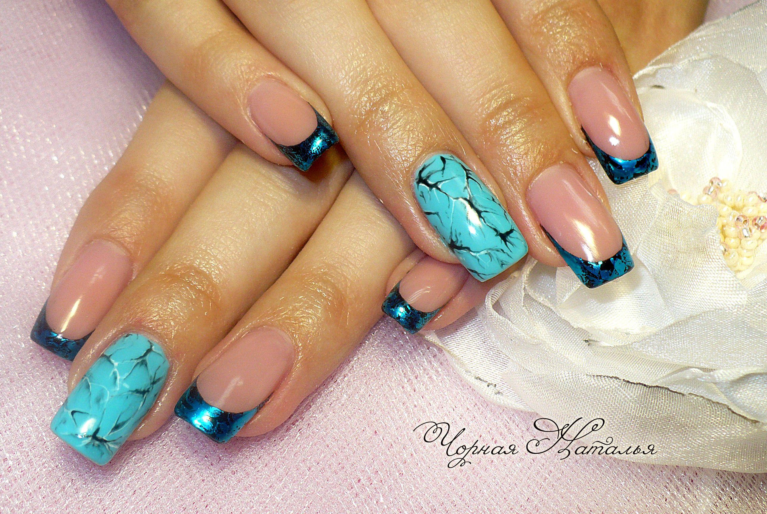 Дизайн ногтей с синим френчем и рисунком