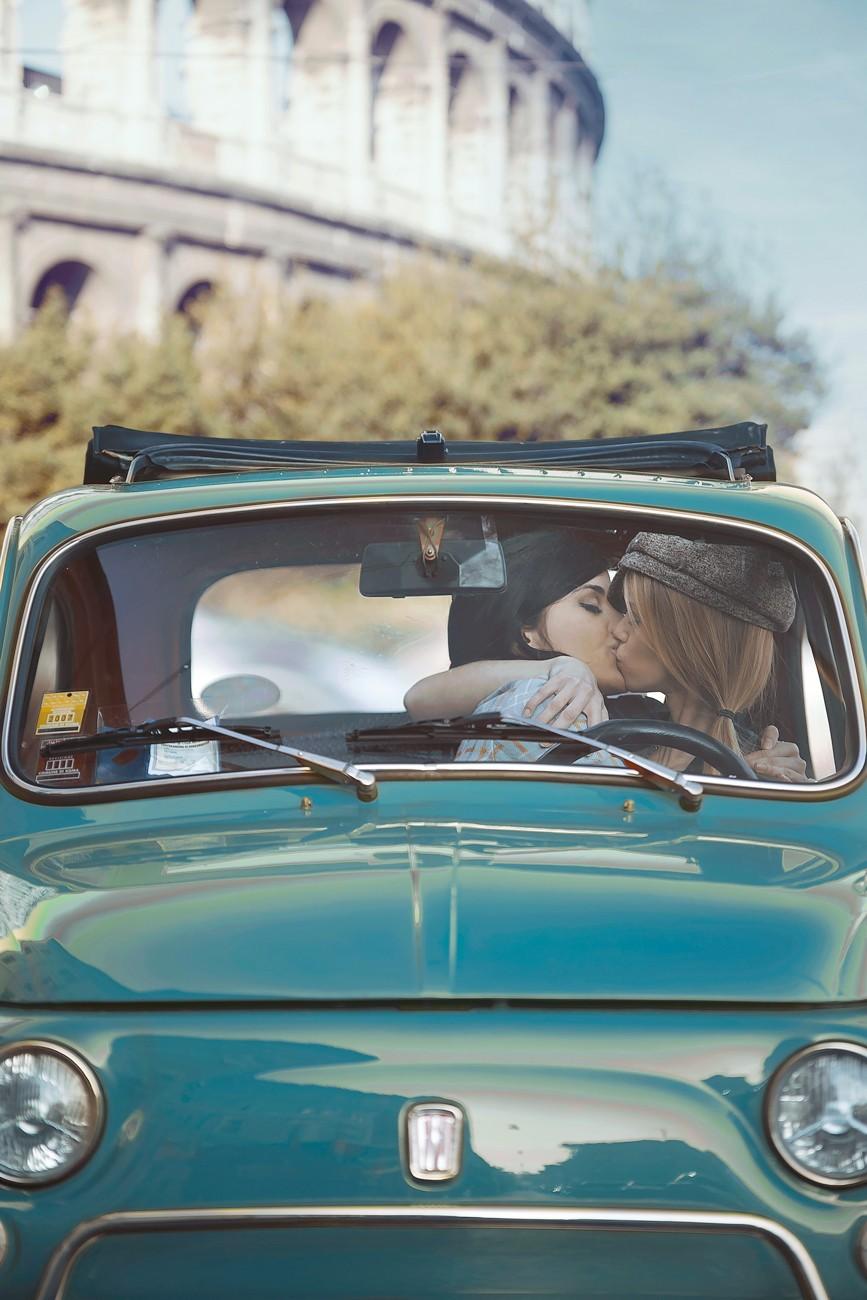 Поцелуй в авто