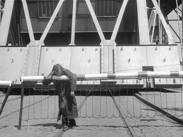 Meeuwen.sterven.in.de.haven.1955.dvdrip_[1.46][(110370)22-31-38].PNG
