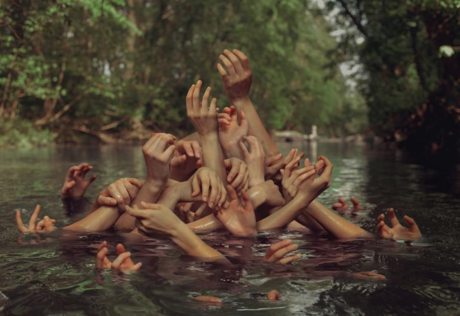 Руки из озера