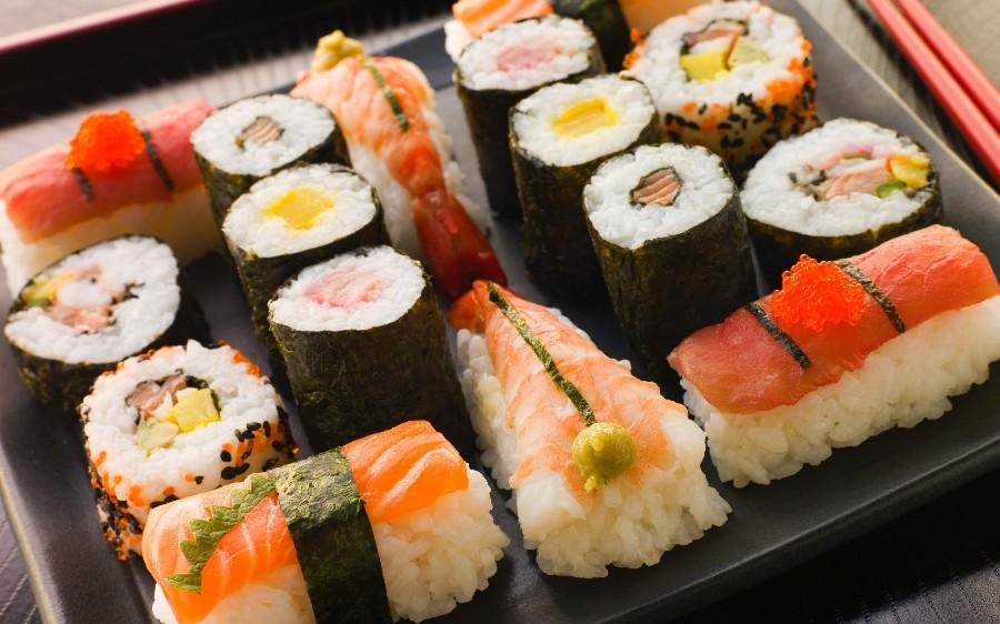 Набор роллов и суши