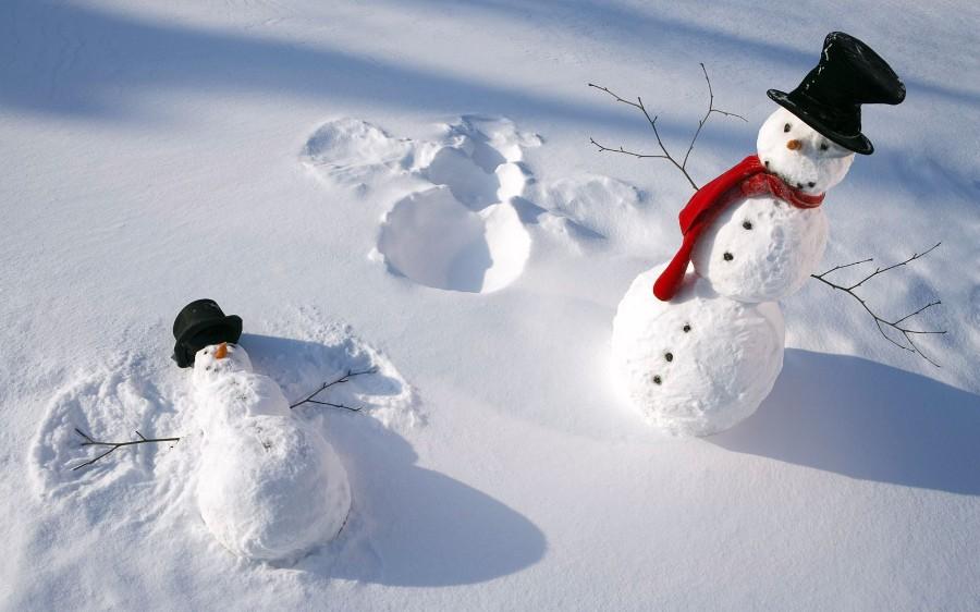 Снеговик делает ангела