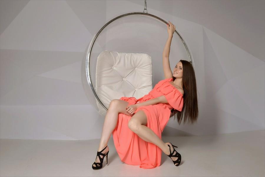 Яркое платье и стройные ножки