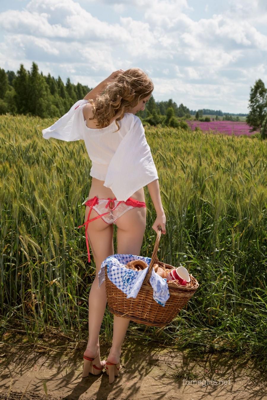В поле с корзинкой