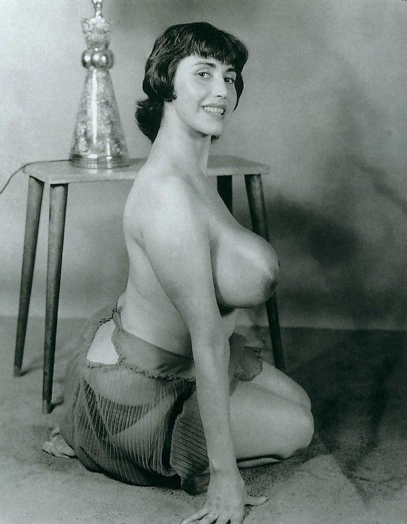 Посмотреть ретро фото девушек с большой грудью, лилипут порно девушка