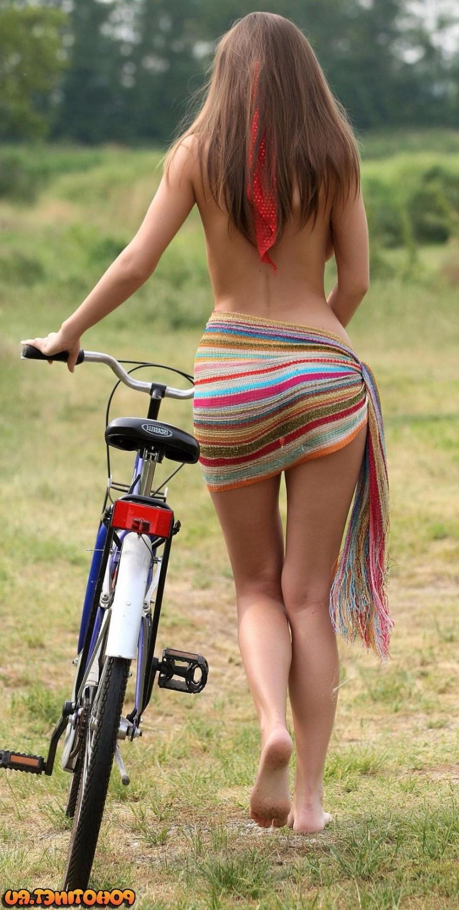 Полуголая велосипедистка