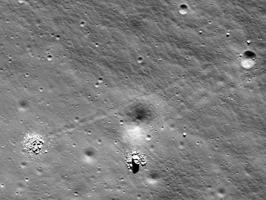 рассыпающиеся камни на луне.jpg