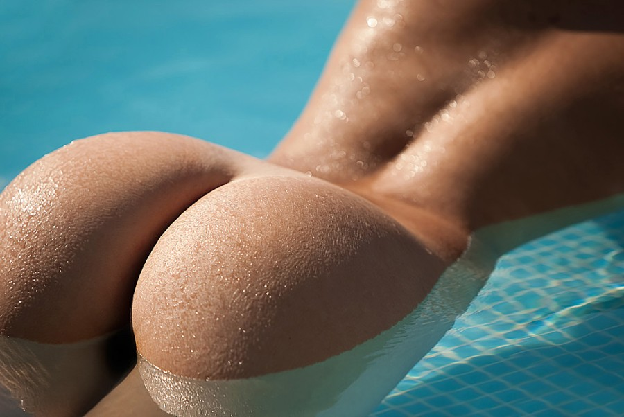 Голая в бассейне