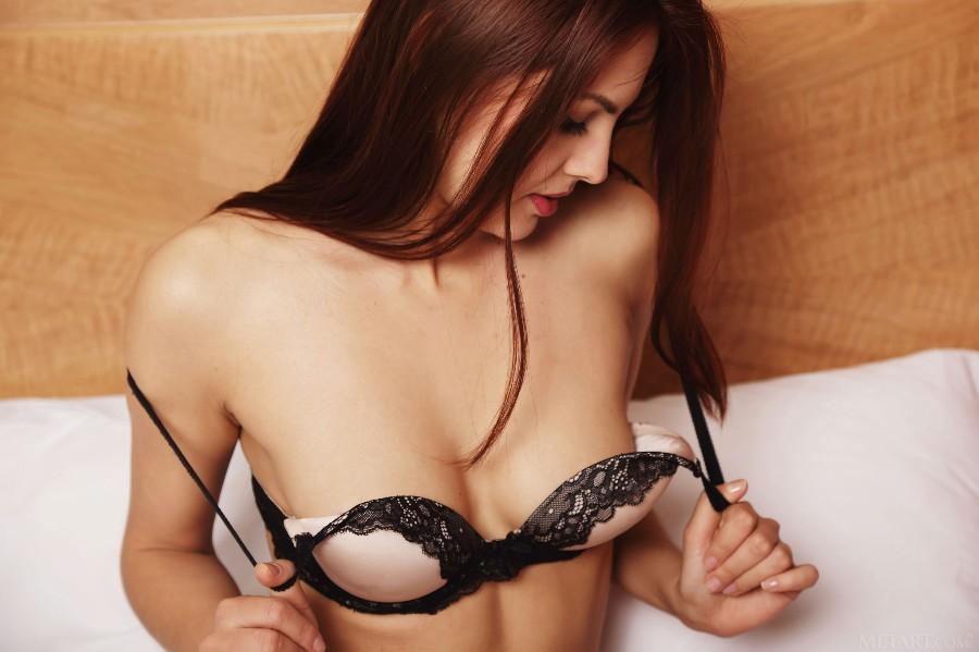 Обнажая грудь