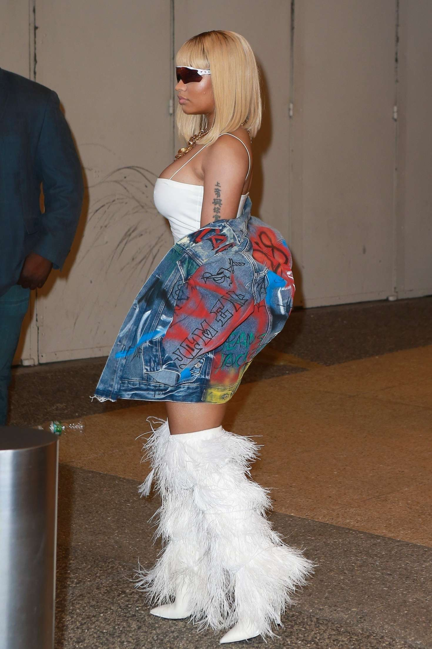 Nicki-Minaj_-Arriving-to-TRL-in-New-York-City--13.jpg