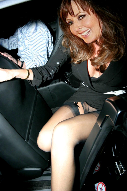под юбкой в машине фото