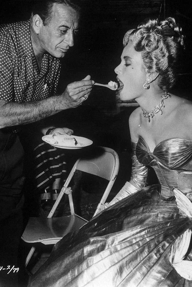 Grace-Kelly-on-the-set-of-To-Catch-a-Thief.jpg