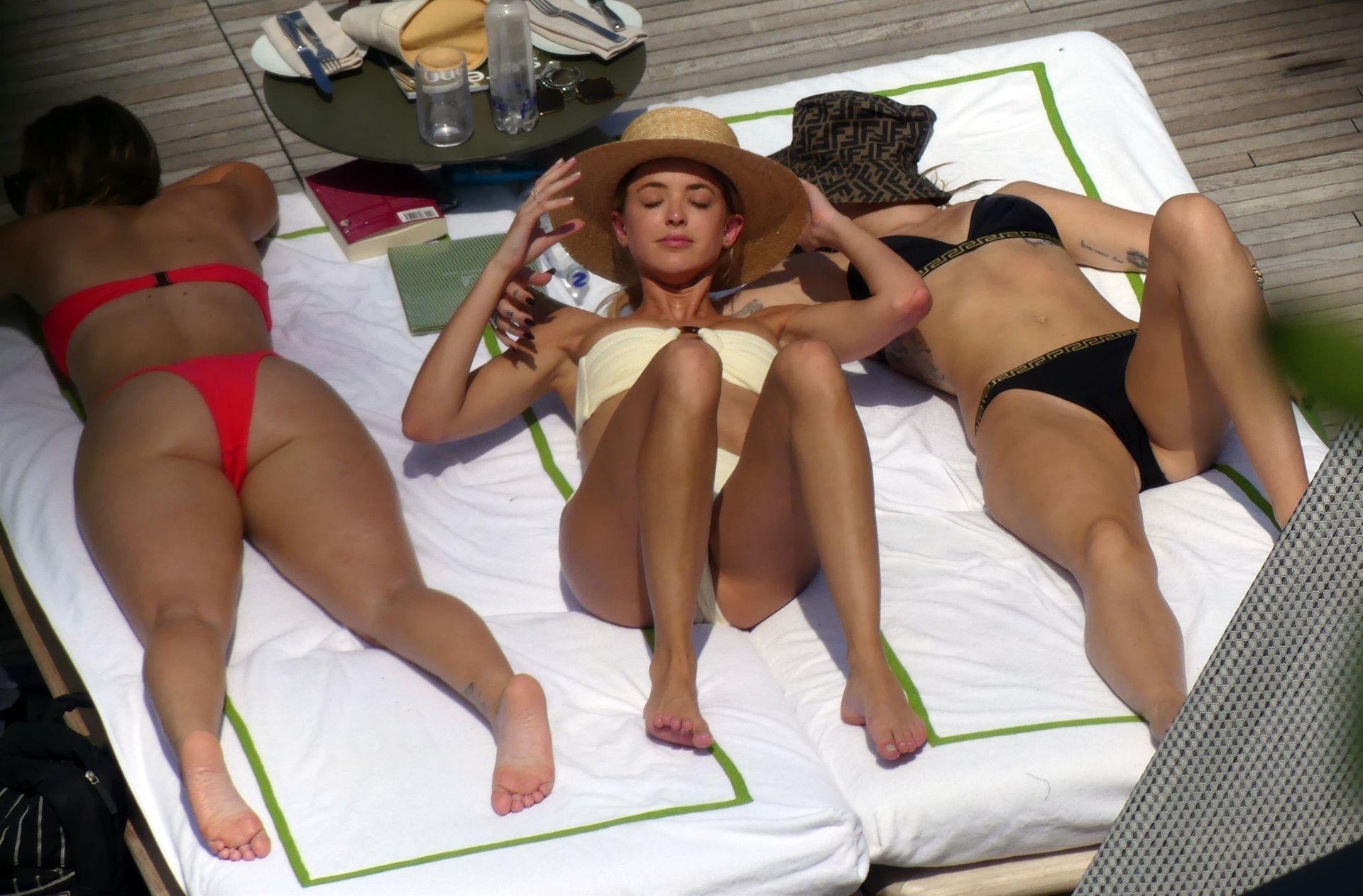 0713004446900_32_Miley-Cyrus-Topless-Kaitlynn-Carter-Hot-TheFappeningBlog.com-32.jpg