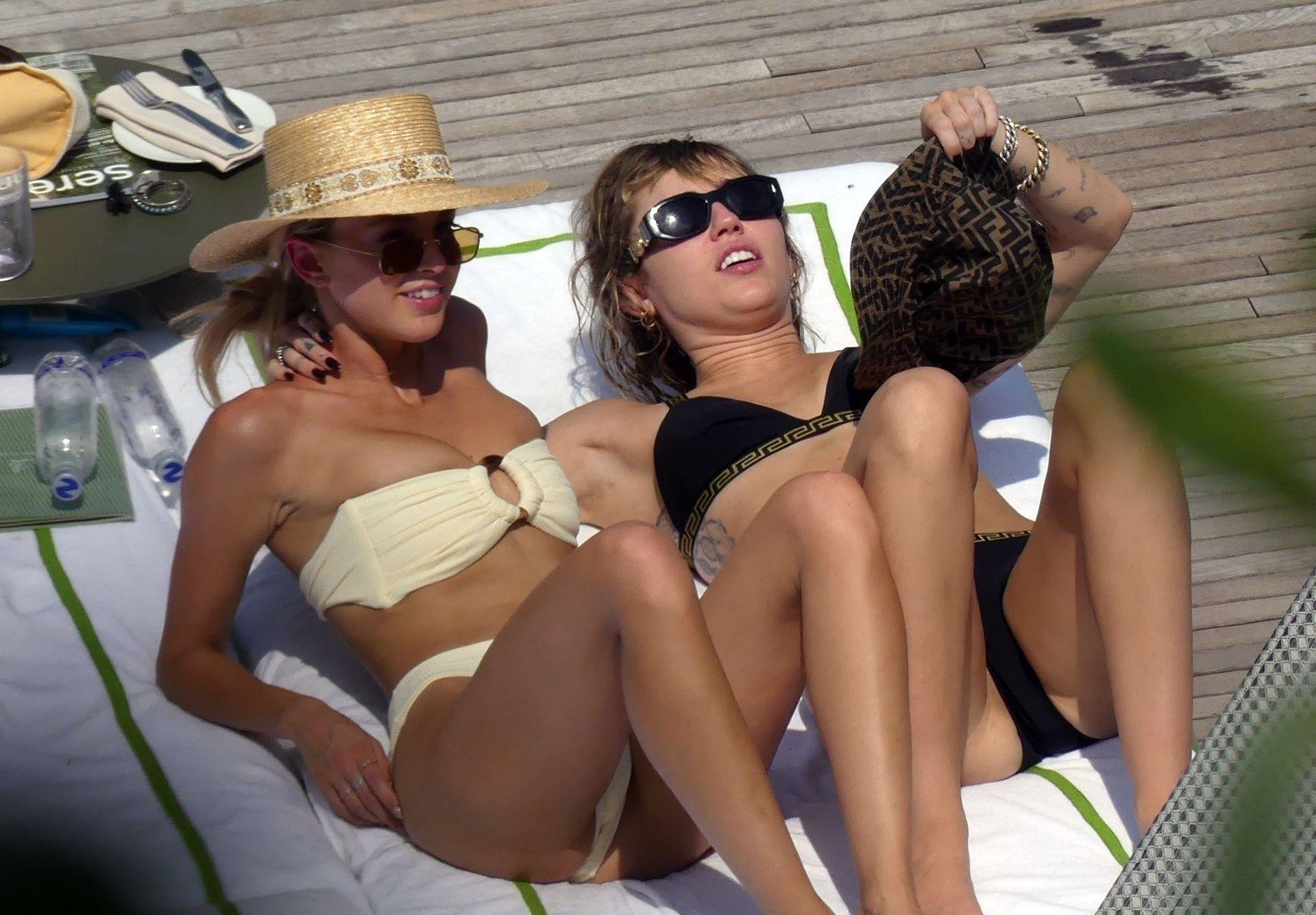 0713004446900_48_Miley-Cyrus-Topless-Kaitlynn-Carter-Hot-TheFappeningBlog.com-48.jpg