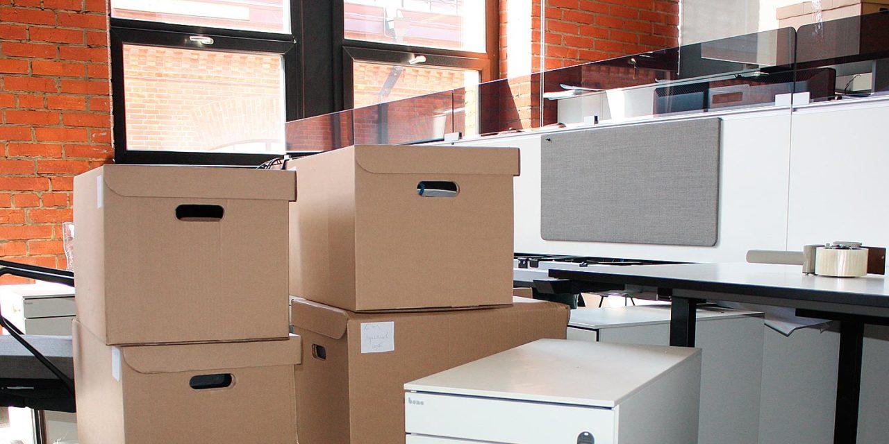 Как правильно упаковать вещи для переезда: картон или дерево