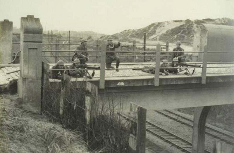 Nederlandse-soldaten-bij-Maasstation.jpg