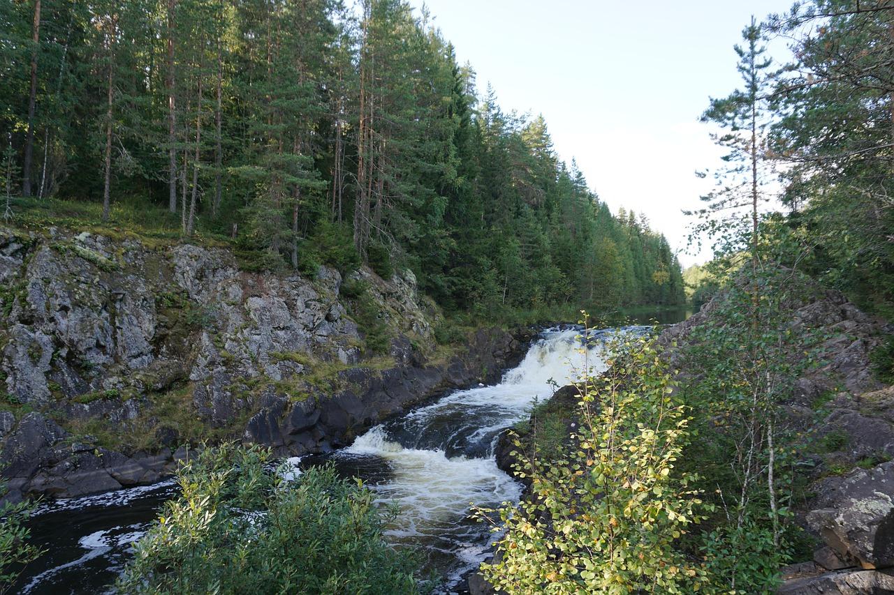 Быстрая горная река в Карелии пробудилась от зимнего сна