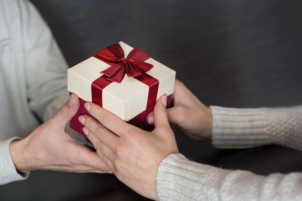 вручение подарка массажер