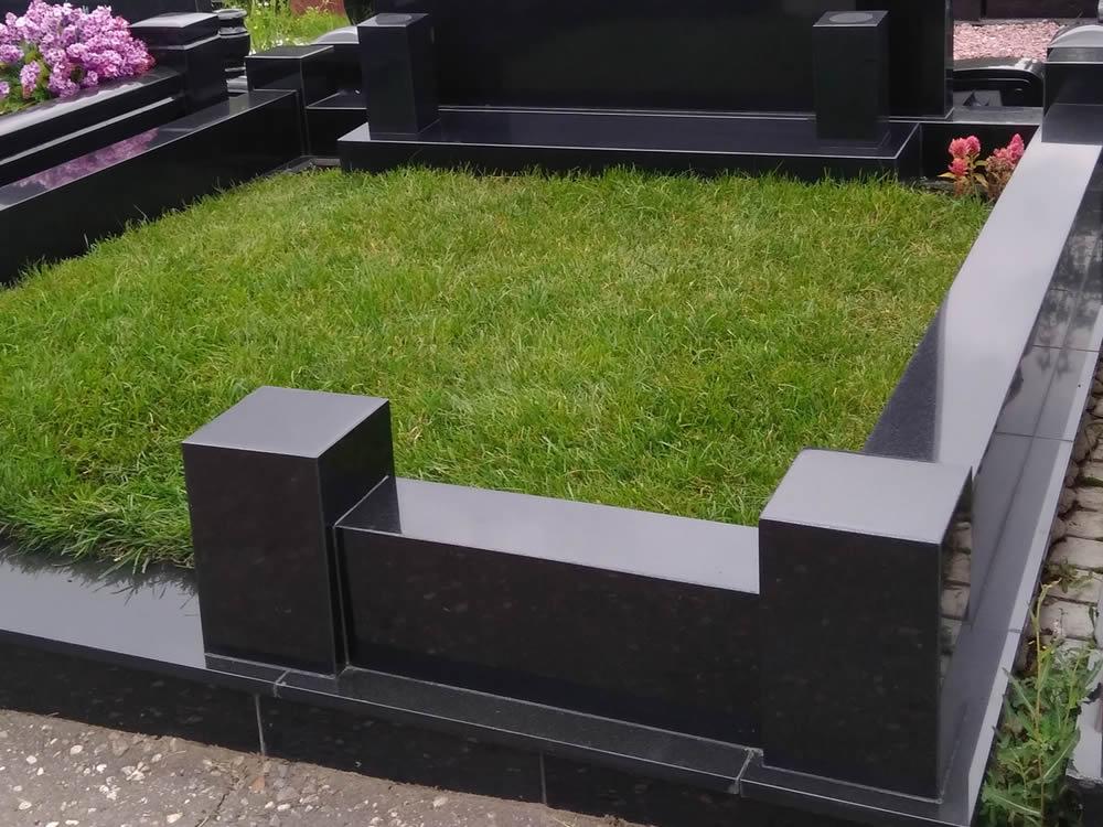 Цоколь из гранита – практичное ограждение для места захоронения