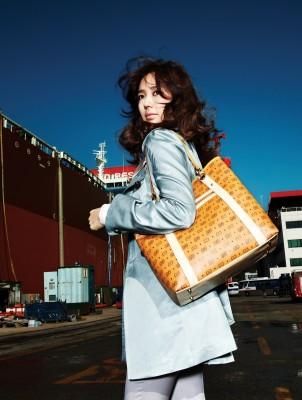 Корейская модница Yoon Eun Hye со стильной оранжевой сумкой.