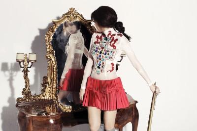 Корейская девушка около зеркала. (Son DamBi)